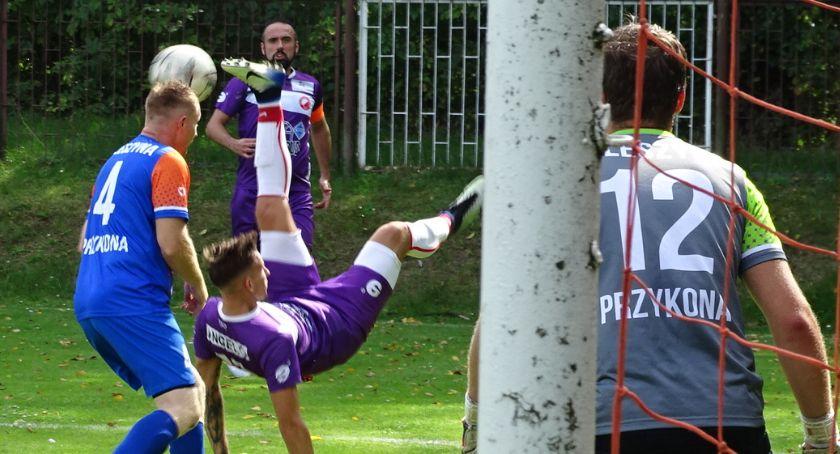 Piłka nożna, Drugie wysokie zwycięstwo klasie odniosła Prosna Kalisz która prowadzi tabeli lidze pierwszy punkt zdobył Opatówek ZDJĘCIA - zdjęcie, fotografia