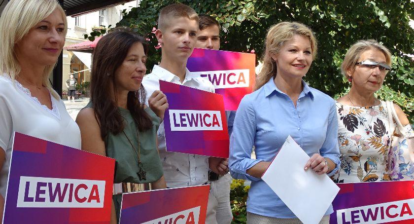 Polityka, Karolina Pawliczak liście sejmu składa obietnice wyborcze - zdjęcie, fotografia
