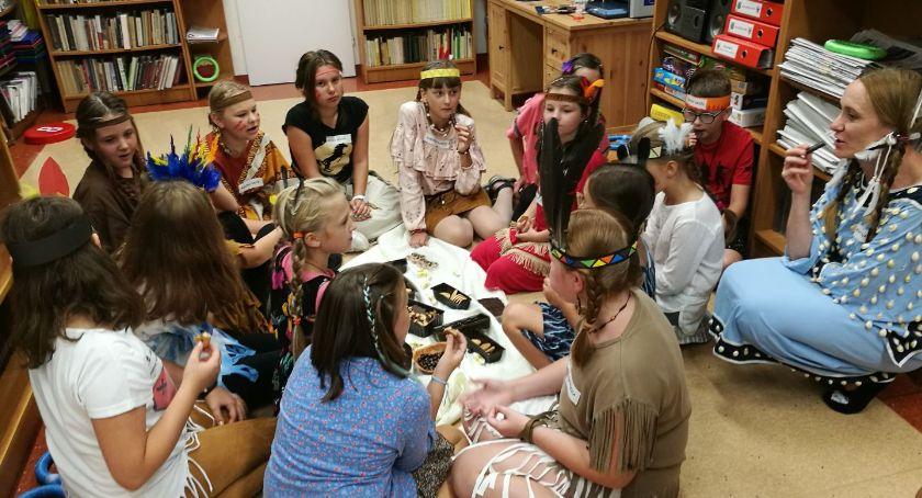 wiadomości z regionu, Indianie opanowali bibliotekę Opatówku - zdjęcie, fotografia