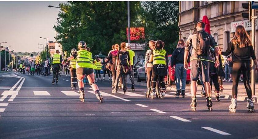 Zdjęcie ukazuje ludzi jadących na rolkach
