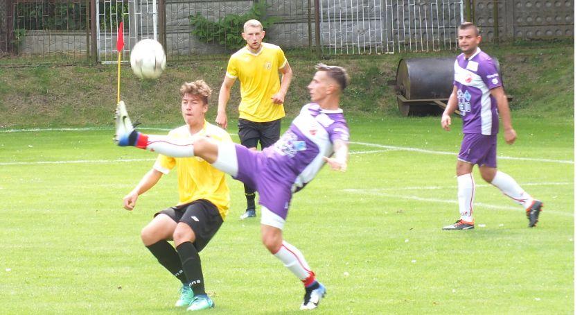 Zdjęcie ukazuje mężczyzn grających w piłkę