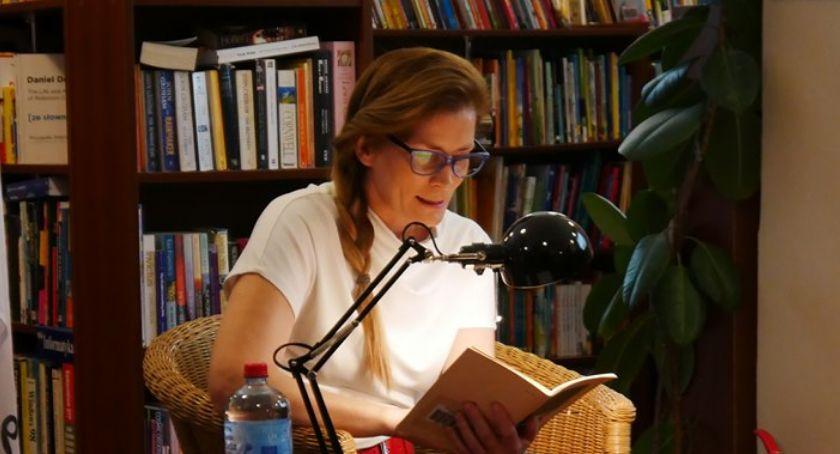 wiadomości z regionu, Czytali koźmineckim rynku bibliotece - zdjęcie, fotografia