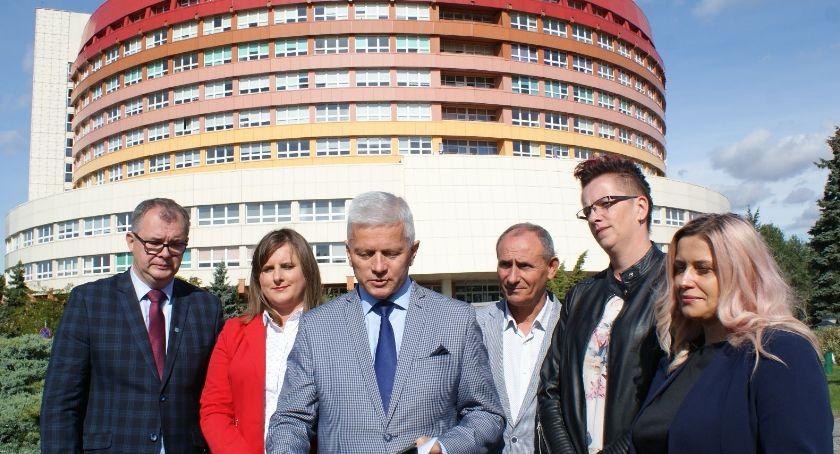 Polityka, zadowolone wyników wyborów Sejmu - zdjęcie, fotografia