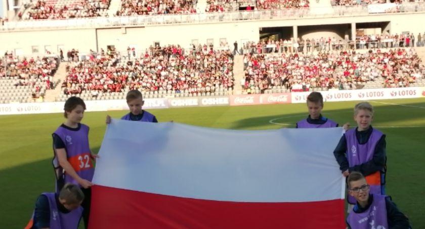 Piłka nożna, Gigantyczne tłumy przed Stadionem Miejskim kibiców obejrzy naszej reprezentacji - zdjęcie, fotografia