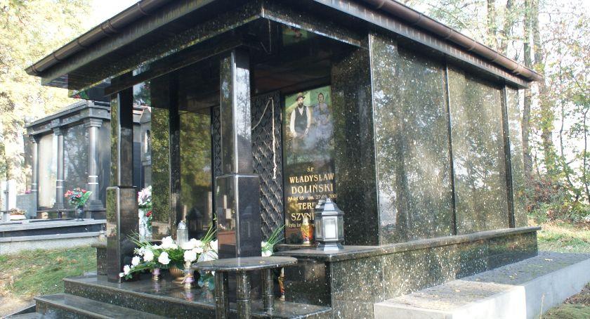 Miejski krajobraz, Wszystkich Świętych tylko odwiedzamy groby najbliższych także… - zdjęcie, fotografia
