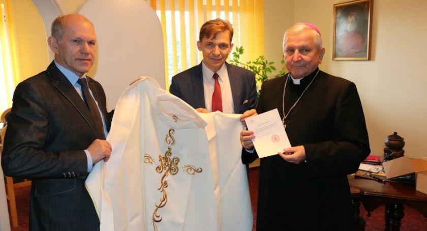 Atrakcje i Ciekawostki, Ornat papieża Franciszka opatóweckim muzeum - zdjęcie, fotografia