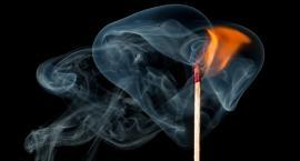 Zasnęła z papierosem, obudziła się w ogniu