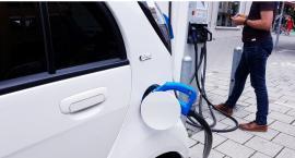 Chcą publicznych stacji ładowania elektrycznych aut
