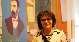 Kobieta pracująca głównym czytelnikiem kaliskich bibliotek.