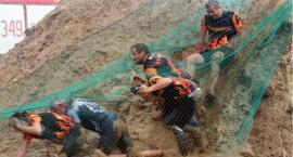 Ekstremalny bieg w Kamieniu. Uczestnicy rywalizowali w wodzie, błocie, na ściankach, ruchomych mostach i wielu innych wymyślnych przeszkodach - dużo zdjęć