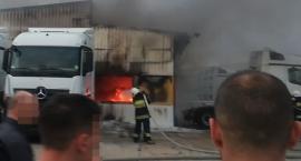 Pożar hali w salonie Marcedesa -  zostało zniszczonych kilka samochodów - ZDJĘCIA