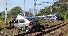 Pociag  staranował osobówkę na przejeździe kolejowym w Ociążu