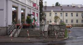 """Zlikwidować """"podium"""" przy pl. Jana Pawła II!"""