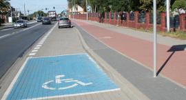 Miejsce dla inwalidów niemal na końcu parkingu