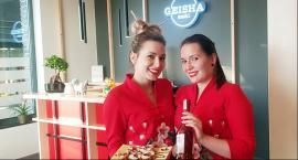 Nowo otwarty Geisha sushi bar... z bliźniaczkami