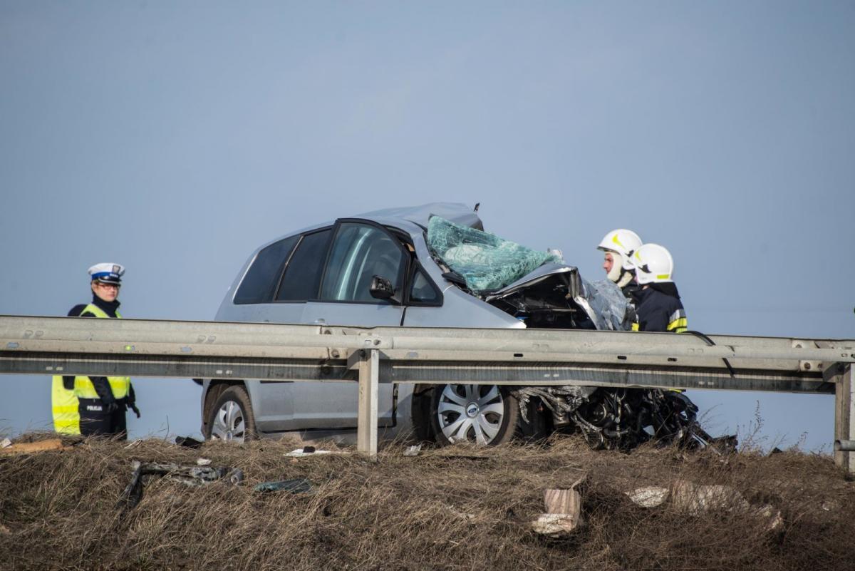 Wypadek drogowy, ZDJĘCIA Wypadek obwodnicy spadł wiaduktu Jedna osoba żyje - zdjęcie, fotografia
