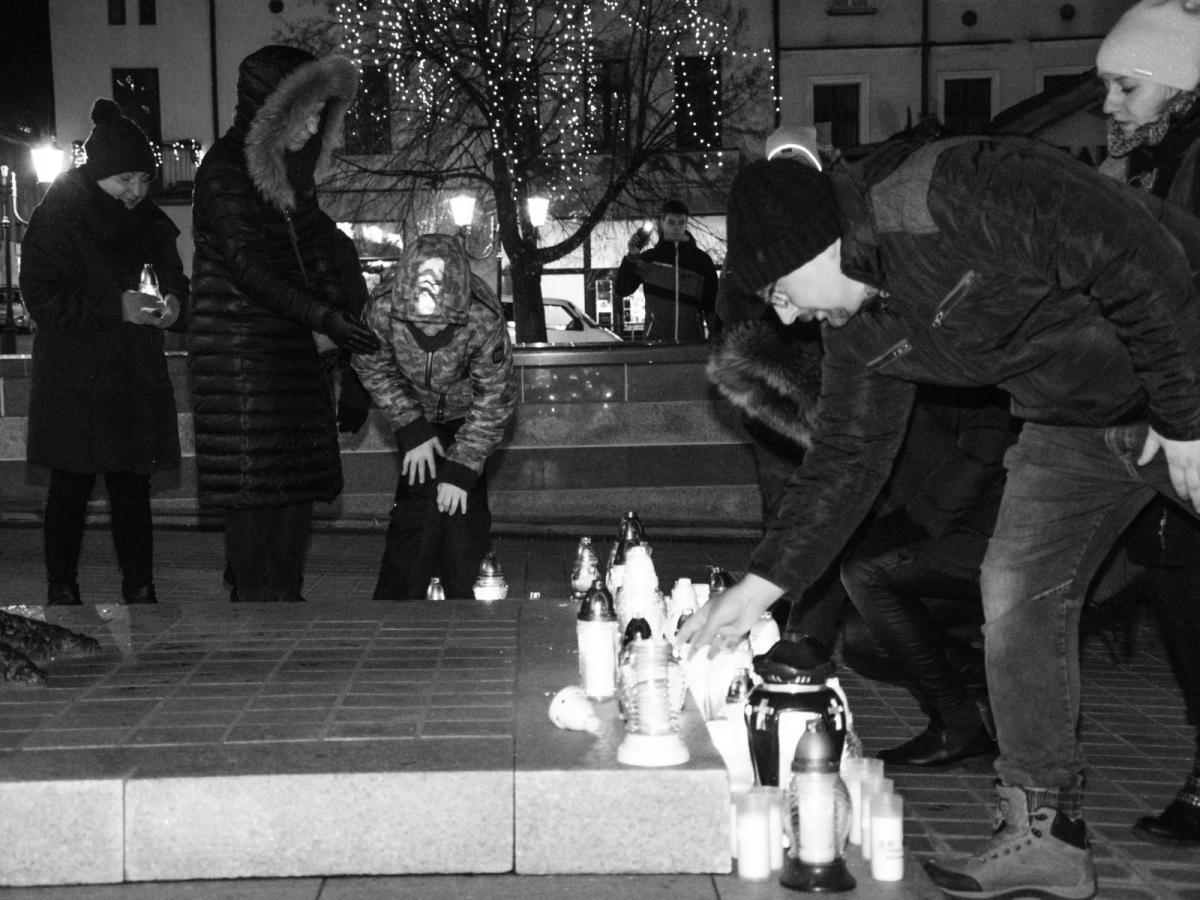 Wspomnienie, rynku zapłonęły znicze Mieszkańcy Świecia uczcili pamięć Pawła Adamowicza - zdjęcie, fotografia