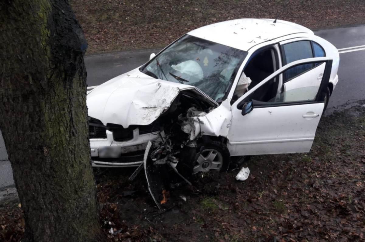 Wypadek drogowy, latek jechał szybko uderzył drzewo - zdjęcie, fotografia