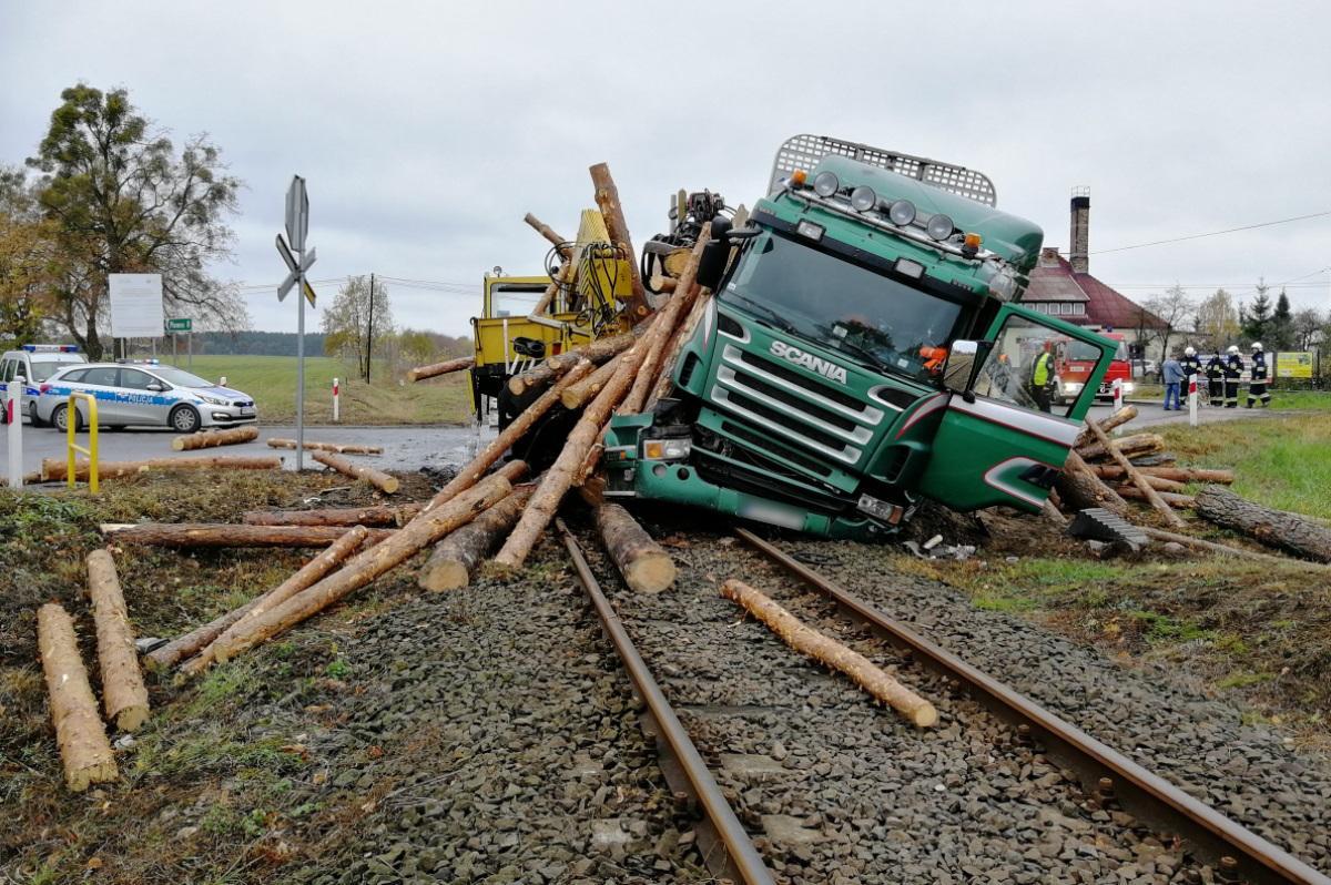 Wypadek drogowy, Kierowca zatrzymał przed przejazdem kolejowym Policja wyjaśnia przyczyny wypadku [ZDJĘCIA] - zdjęcie, fotografia