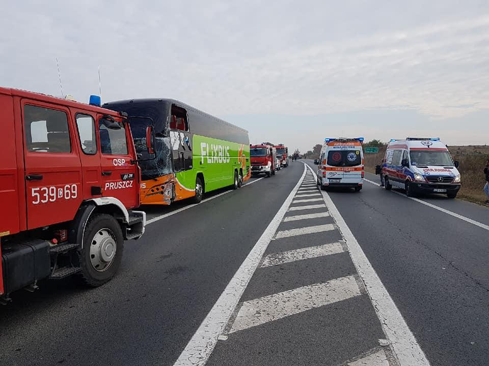 Wypadek drogowy, Kierowca autokaru nagle zjechał przeciwległy uderzył osobówkę informacje sprawie dzisiejszego wypadku Zbrachlinie - zdjęcie, fotografia
