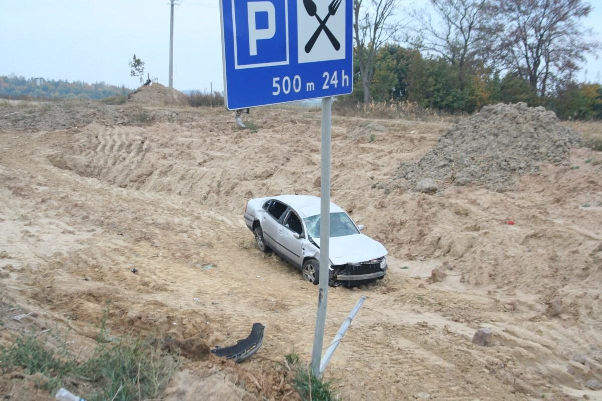 Wypadek drogowy, Niebezpieczny wypadek Grucznie Kobieta wyprzedzała Wypadła skarpy Dachowała - zdjęcie, fotografia
