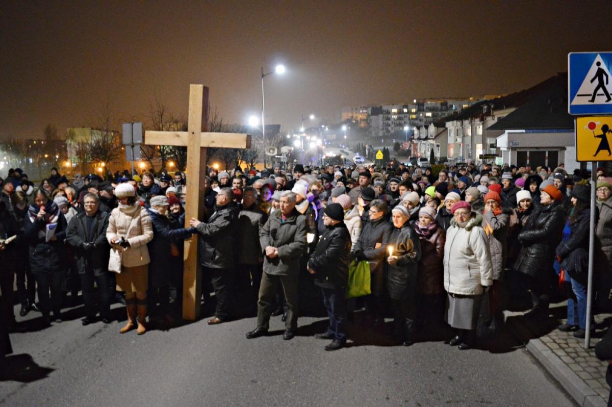 Uroczystości, święta i obchody, Procesja drogi krzyżowej przeszła ulicami Świecia Wzięły udział tłumy wiernych [ZDJĘCIA] [FILM] - zdjęcie, fotografia
