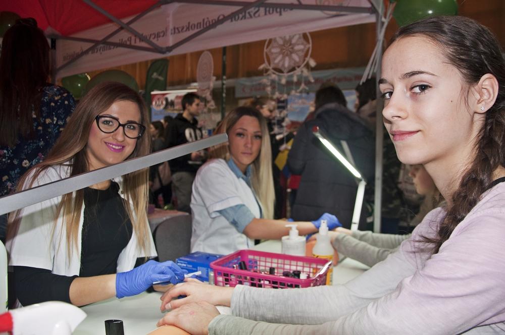 Targi, targach Szkoły przyciągały masażami malowaniem paznokci gotowaniem samoobroną [ZDJĘCIA] - zdjęcie, fotografia