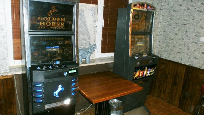 Akcja policji, Funkcjonariusze wytropili kolejny przybytek hazardu Świeciu środku zastali sześć automatów obsługę - zdjęcie, fotografia