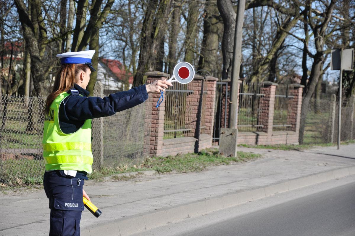 Mam pytanie, policjant może wystawić mandat nieświecącą żarówkę samochodzie Rozwiewamy wątpliwości - zdjęcie, fotografia