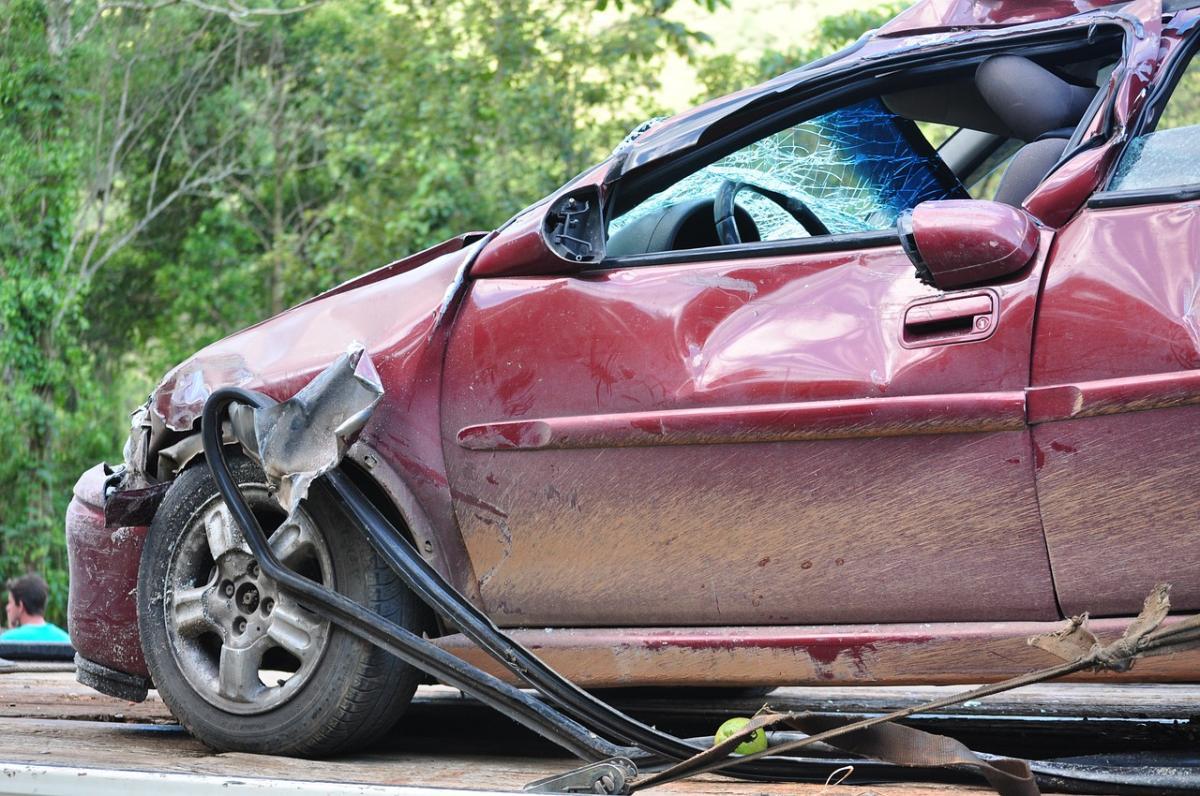 Wypadek drogowy, latek wpływem alkoholu opanował zakręcie - zdjęcie, fotografia