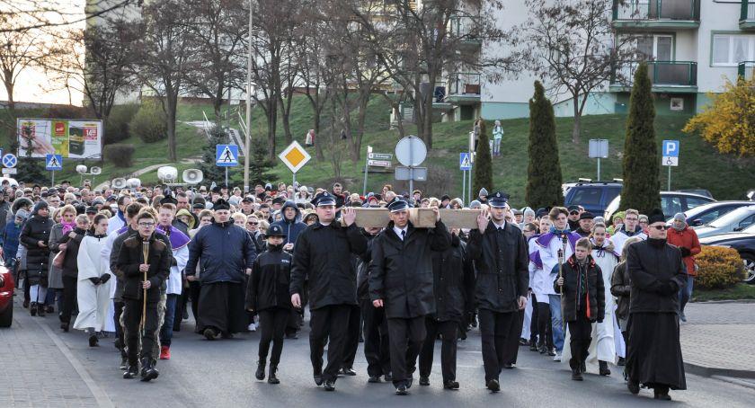 Uroczystości, święta i obchody, Droga krzyżowa Świeciu Tłumy wiernych przeszły ulicami miasta [DUŻO ZDJĘĆ] - zdjęcie, fotografia