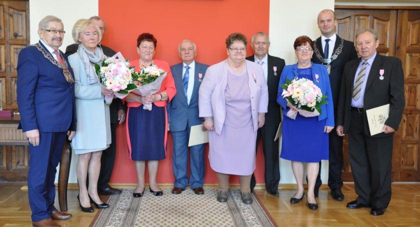 Jubileusz, Świeciu wręczano dzisiaj medale Otrzymały małżeństwa które sobą - zdjęcie, fotografia