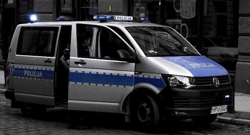 Akcja policji, Skradziono koła samochodu Świeciu Policja szuka złodzieja - zdjęcie, fotografia