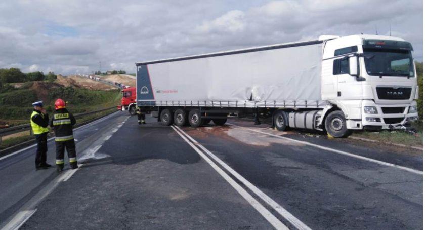 Wypadek drogowy, Wypadek Grucznie Kierowca ciężarówki wylądował rowie - zdjęcie, fotografia