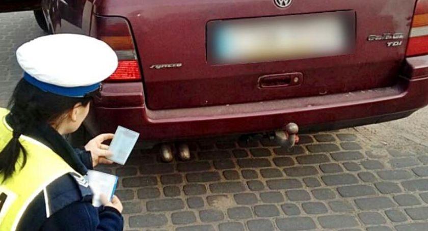 Akcja policji, Policja zagląda bierze kopcące samochody Sprawdzamy dowodów zatrzymano takie akcje według potrzebne - zdjęcie, fotografia
