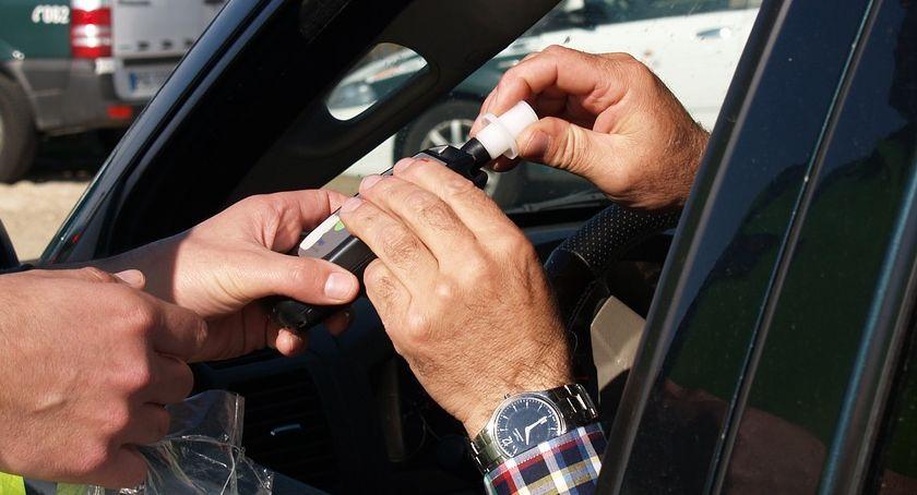 Akcja policji, Pijany mężczyzna jechał wężykiem Pomógł zatrzymać kierowca byście zrobili - zdjęcie, fotografia