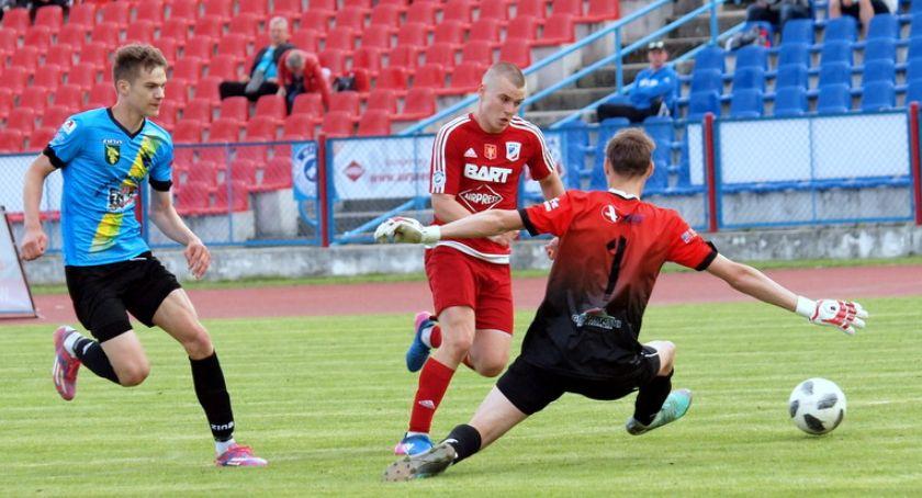 Piłka nożna, Świecie wyrwała zwycięstwo drużynie Dąbrowy Chełmińskiej ostatniej chwili [ZDJĘCIA] - zdjęcie, fotografia