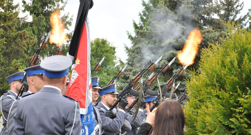 Pożegnania, Pogrzeb Krzysztofa Dulińskiego pochodzący Świecia policjant został pożegnany honorami [ZDJĘCIA] - zdjęcie, fotografia