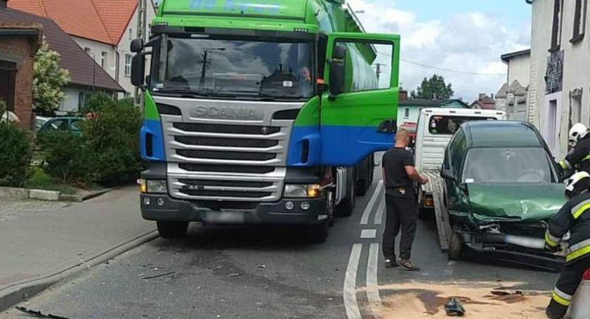 Wypadek drogowy, Kierująca oplem uderzyła czołowo ciężarówkę [FOTO] - zdjęcie, fotografia
