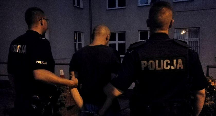 Akcja policji, Policjanci złapali latka który wzbudził uwagę nienaturalnym zachowaniem Mężczyźnie grozi kilka odsiadki - zdjęcie, fotografia