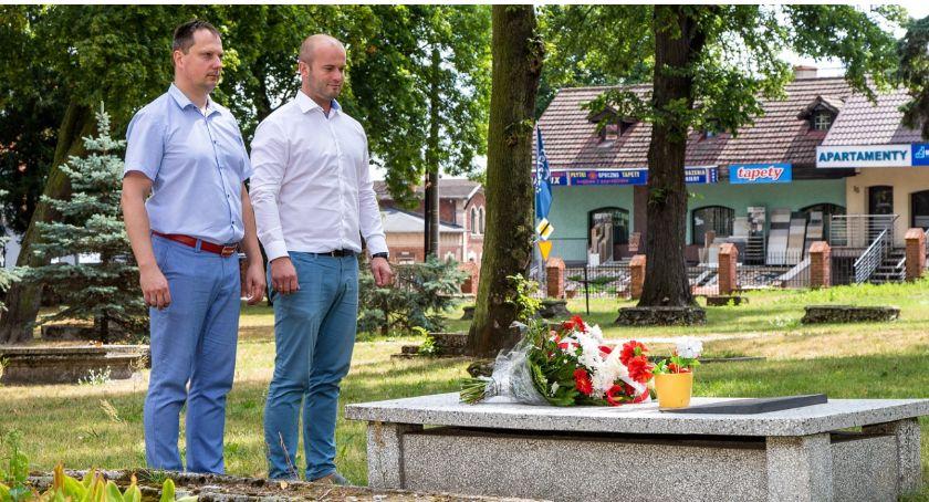 Newsy, Burmistrz wiceburmistrz złożyli kwiaty grobie Leona Neumanna - zdjęcie, fotografia