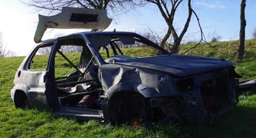 Wypadek drogowy, Samochód zawisł skarpą Ranna kobieta trafiła szpitala - zdjęcie, fotografia