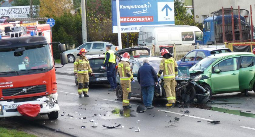 Wypadek drogowy, Kraksa Wojska Polskiego Świeciu Czterech kierowców jeden strażak trafiło szpitala [ZDJĘCIA] - zdjęcie, fotografia