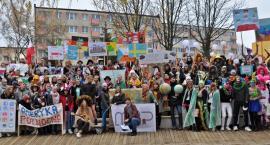 Kolorową paradą przez Świecie rozpoczął się festiwal podróżników Piąty Ocean [ZDJĘCIA, PROGRAM]