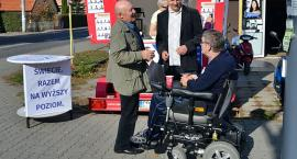 Koalicja Obywatelska promuje się kawą. Wręczają ją pod dworcem kandydaci na radnych i Paweł Knapik [ZDJĘCIA]