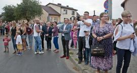 Tłumy na ulicach podczas dożynek w Serocku obserwowały korowód zabytkowych ciągników [ZDJĘCIA, WIDEO]