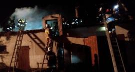 Stodoła w Laskowicach stanęła w ogniu. Ten przeniósł się z rozpalonego obok ogniska