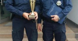Policjanci Zamorowski i Godlewski na podium