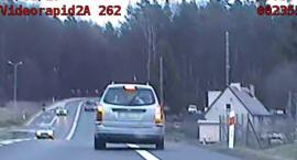 Pijany, bez prawa jazdy i jeszcze za szybko. Świeccy policjanci zauważyli, że samochód jedzie wężykiem [WIDEO]