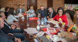 Grupa Towarowo Usługowa sprzedaje miody i pomaga potrzebującym